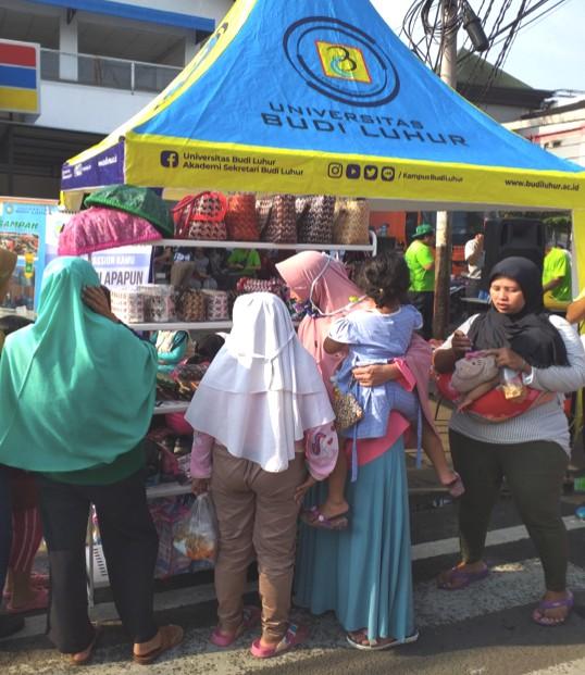Masyarakat melihat hasil-hasil karya Bank Sampah Uninversitas Budi Luhur.