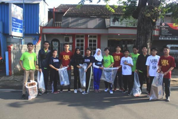 Relawan Mahasiswa Universitas Budi Luhur dan Akademi Sekretari dengan memungut sampah pada aksi simpati generasi cerdas berbudiluhur di CFD Bintaro Pesanggrahan