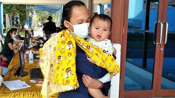 Relawan Vaksinasi Universitas Budi Luhur Gendong Bayi